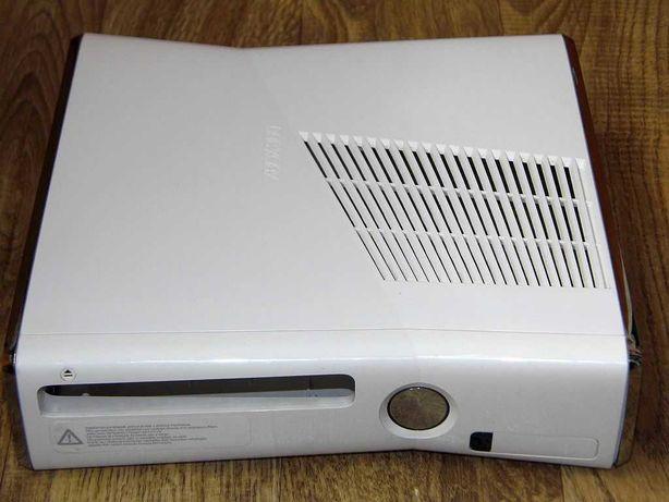 Biała obudowa konsoli XBox 360 Slim. Limitowana edycja