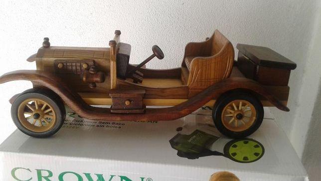 Carros antigos de madeira