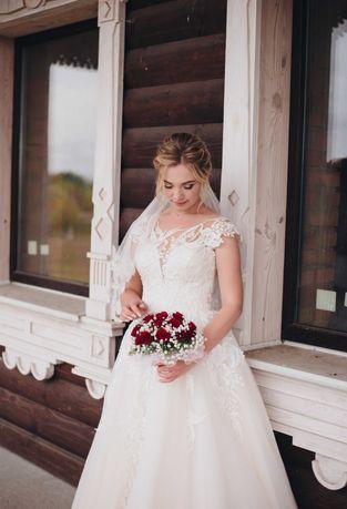 Весільна сукня, кольору айворі з елементами вишивки