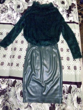 Костюм свитер травка и юбка из эко-кожи бутылочного цвета р-р 44