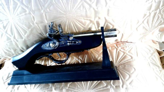 Оригинальная зажигалка-пистолет.