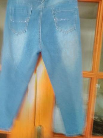 Calças ou bermudas em ganga muito confortável tem um bordado nos bolso
