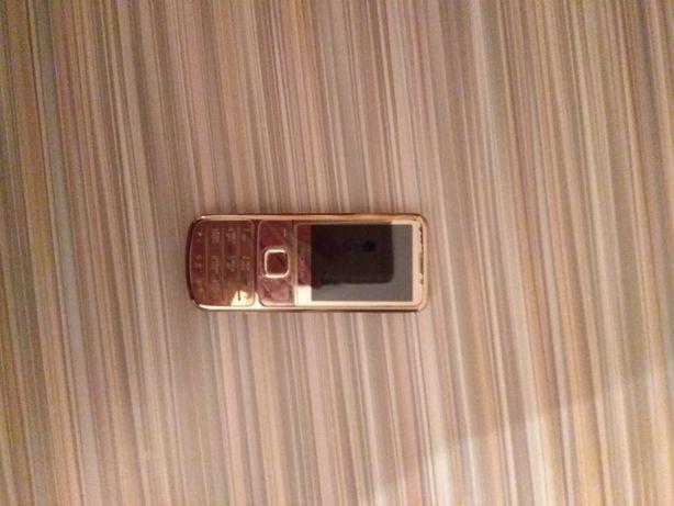 Телефон золотистого цвета,в очень хорошем состоянии.