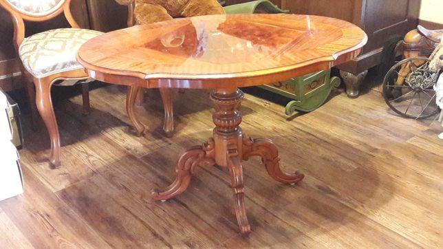 Stary stół. Stylizowany jak antyk.