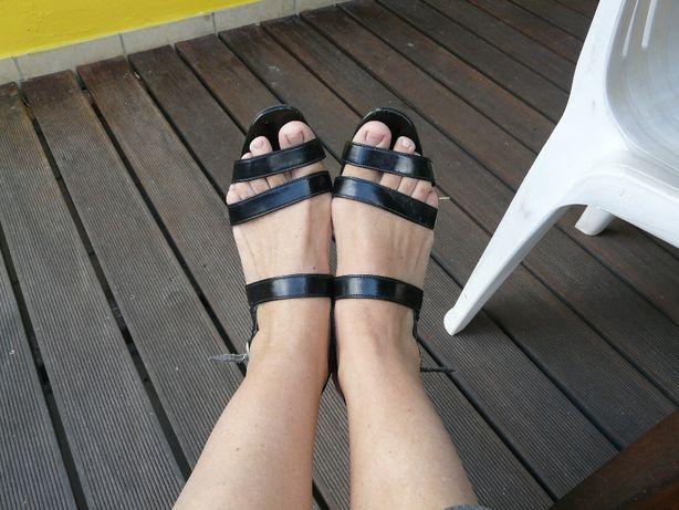 Sandaly czarne blyszczace lakierowane 3 paski na obcasie