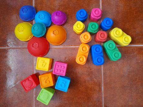 Cubos, taças e blocos sensoriais bebé