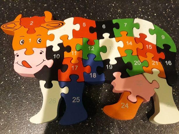 Drewniane puzzle krówka z cyferkami i literkami.
