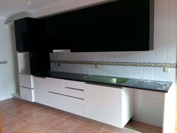 Cozinha bonita e moderna nova