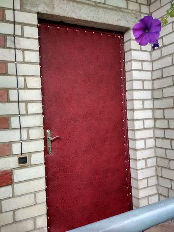 Обивка,оббивка, обшивка и утепление дверей винилискожей.Врезка замков.