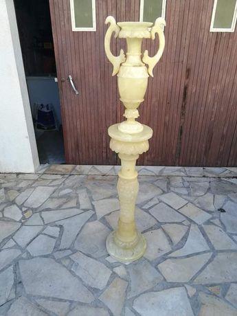 Ozdobny stojak wraz z wazonem