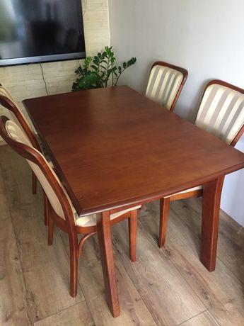 Drewniany stół z krzesłami