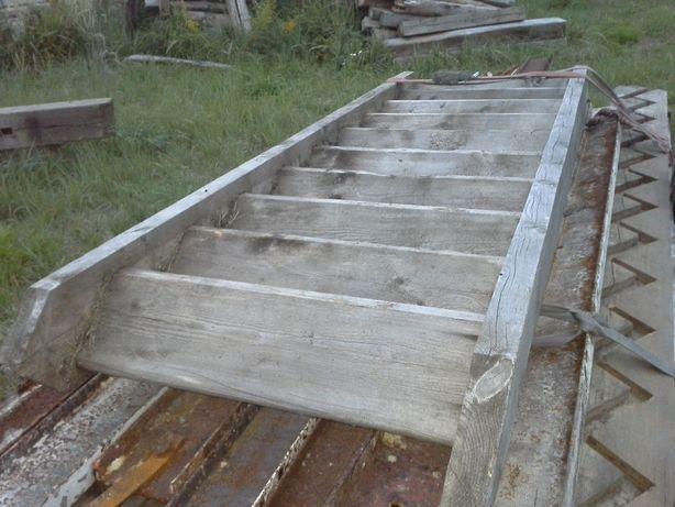 Stare przedwojenne drewniane schody oraz tralki w dobrym stanie.
