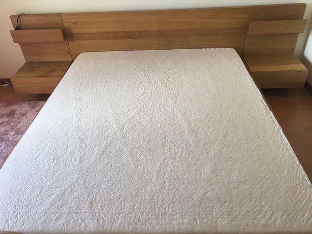 Cama de casal com mesas de cabeceira