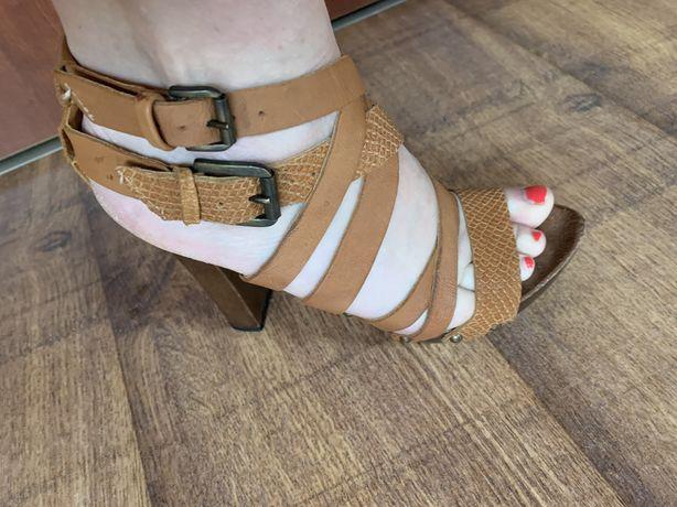 Skorzane sandałki firmy Wojas