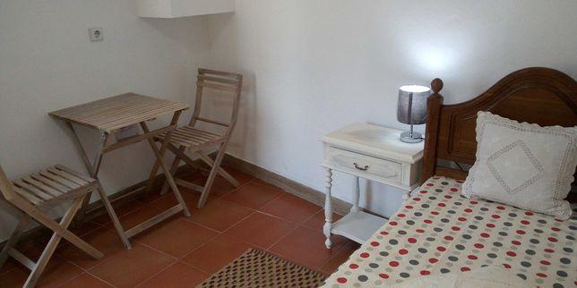 Aluga-se quarto suite , com kitchenet, estúdio.