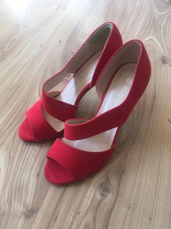 Czerwone szpilki sandały