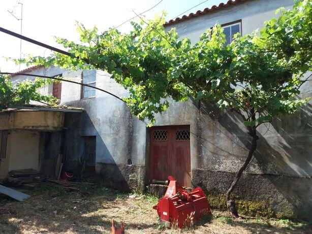 Casa para remodelação em aldeia rústica (Fornos Algodres-Beira Alta)