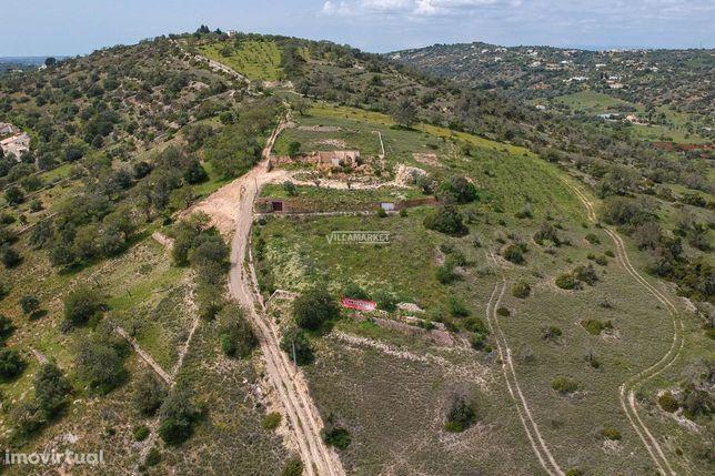 Terreno com 10504 m2 e ruína com 233 m2 situado próximo de Paderne