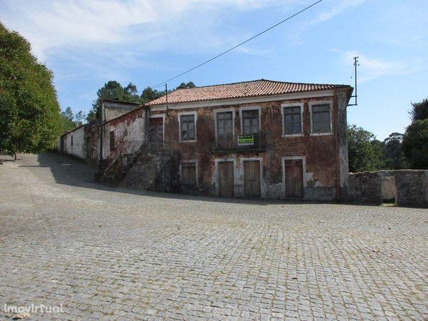 Quinta com moradia principal em pedra em Paredes de Coura