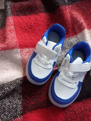 Продаю кроссовки детский