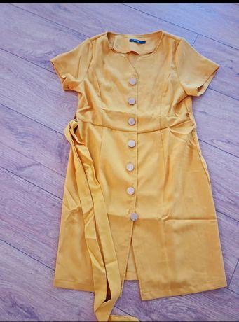 Sukienka wiązanym paskiem