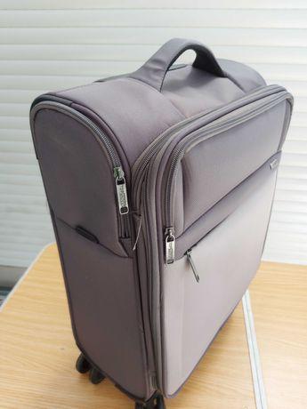 Uma mala de viagem cor cinzenta de cabine de aviâo .15