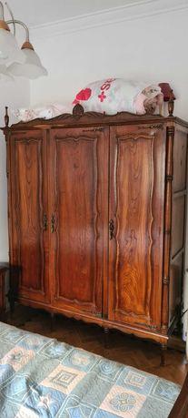 Roupeiro antigo em madeira maciça