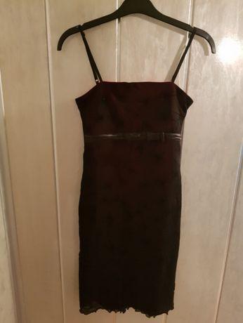 Czarna sukienka na czerwonej podszewce
