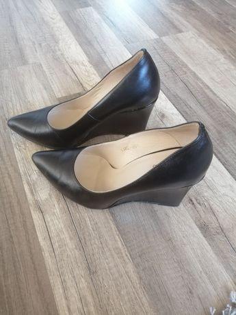 Skórzane czarne buty na koturnie Mohito 37