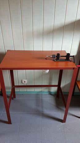 Wiertarka stołowa na stole warsztatowym / stół garażowy.