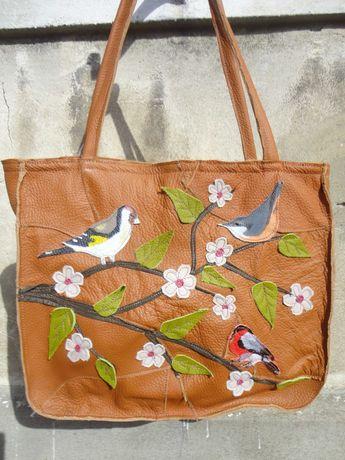 Artystyczna duża torba skórzana z wiosenną gałęzią i ptakami. Handmade