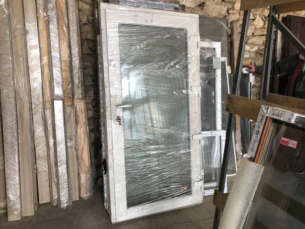 Входные двери ПВХ металлопластиковые, белые, 3 стекла, новые, 950х1870