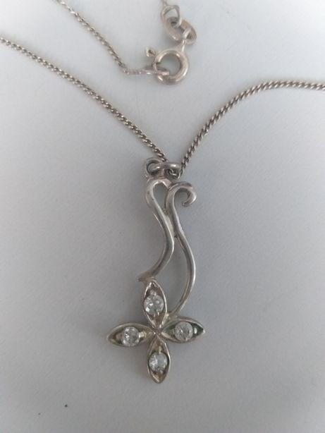 Ładny wisiorek z łańcuszkemi ze srebra pr.925 z jakąś sygnaturą