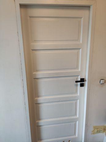 Drzwi drewniane białe z futryną
