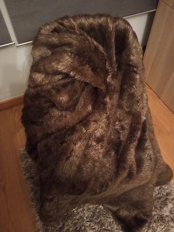 Manta castanha de pelo e duas almofadas