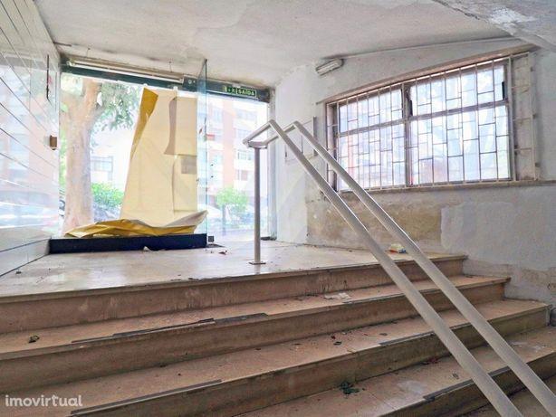 Arrendamento - Loja 372 m2 (área bruta) em Algés - Oeiras