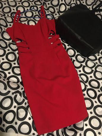 Czerwona sukienka z wycięciami na żebrach