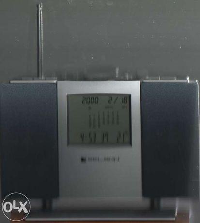 Rádio em base de madeira com calendário e outras funções