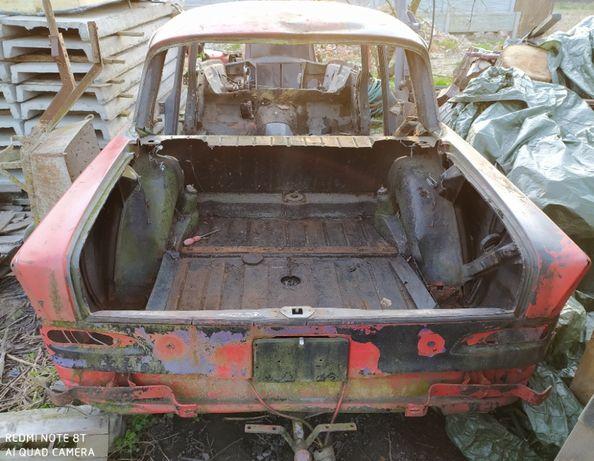 Mercedes W110 tył (pas tylny, podłoga bagażnika, nadkola)