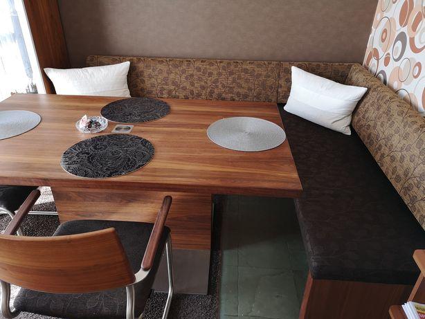 Drewniany piękny stół z dwoma krzeslami i ławą