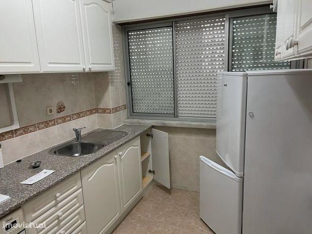 Apartamento 2 assoalhadas no centro de Queijas.