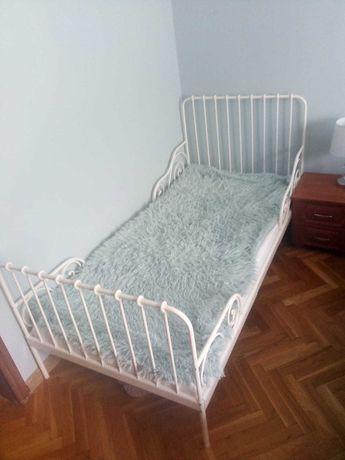 łóżko dziecięce z metalową ramą
