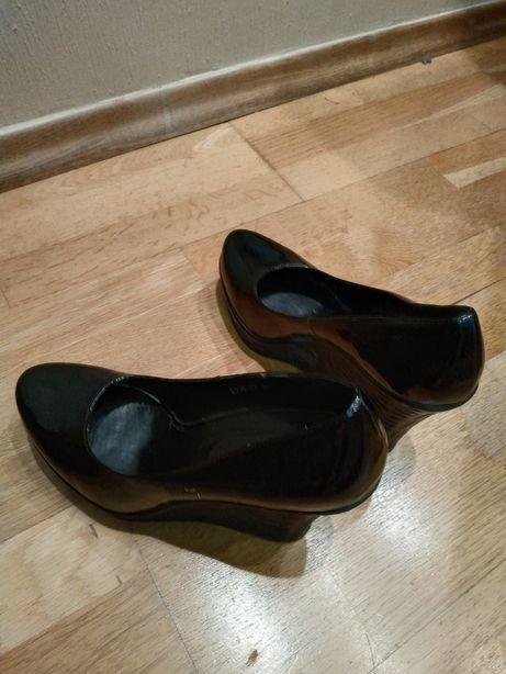Лаковані туфлі в ідеальному стані р. 39