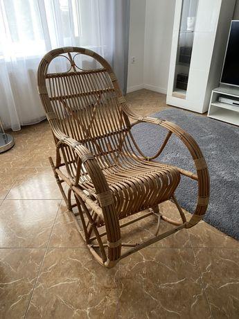 Duży bujany fotel rattanowy