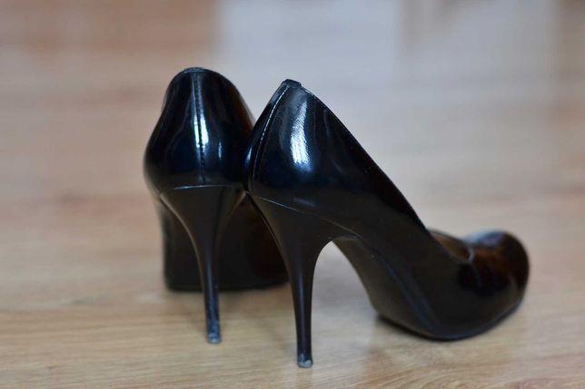 Лаковані класичні чорні жіночі туфлі на шпильці.