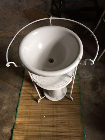 Lavatório em ferro com pia em louça branco muito antigo