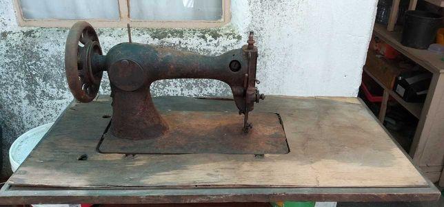 Maquina de Costura marca Singer Antiga Centenária No estado que mostra