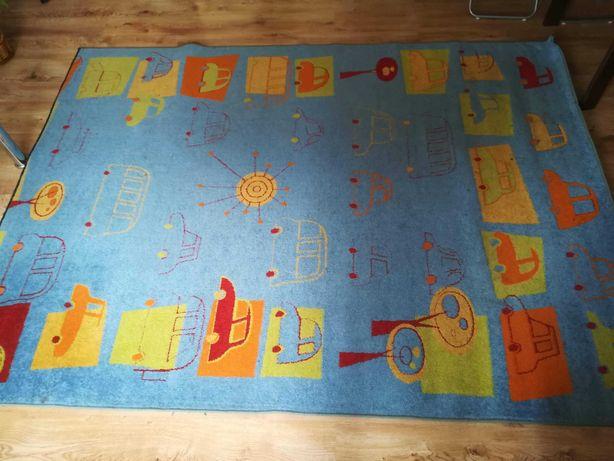 Niebieski dywan w auta