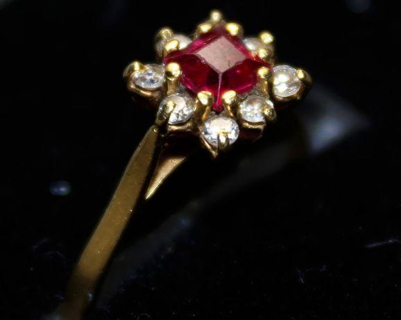 Anel de ouro cravejado com rubi e zircónias