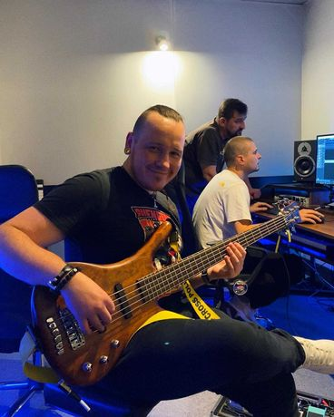 Бас-гитарист, семплер.